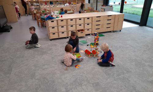 Po příchodu si děti vybírají hračku podle své nálady. Postupně přichází další kamarádi a společně si hrají.