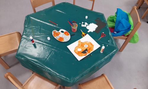 Také je v tuto chvíli čas na výtvarné činnosti. Tentokrát dýně - malba temperovou barvou, kdy paní učitelka dbá na úchop štětce, správné sezení u práce a na vybarvení ohraničeného prostoru. Pak už jen vystřihnou očka a hurá na nástěnku :-)