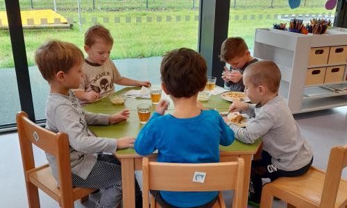 Z venku samozřejmě vyhládne, proto zasloužený oběd. Paní učitelka vede děti k tomu, aby se učili správné kultuře stolování. Děti si mohou vybrat, zda budou jíst příborem či lžicí. Učí se používat ubrousek a také si po sobě uklidit.