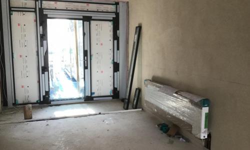 osázené radiátory na chodbě